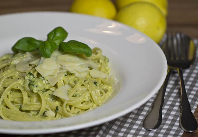 Pasta mit Zitronen-Basilikum-Sauce