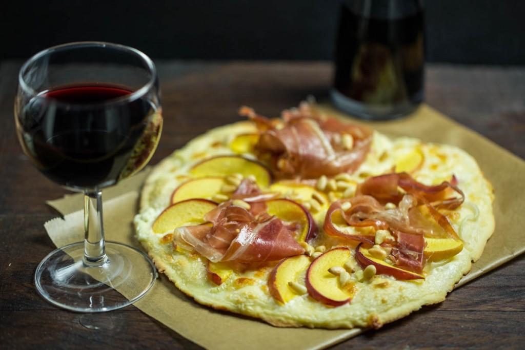 Pizza mit Serranoschinken und Pfirsich