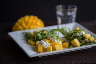 Rucolasalat mit Mango und Frischkäse