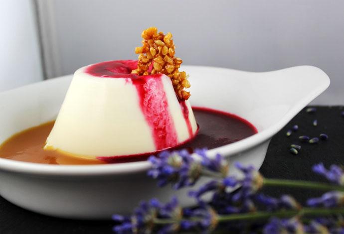 Lavendel-Salbei Panna Cotta mit Himbeersauce