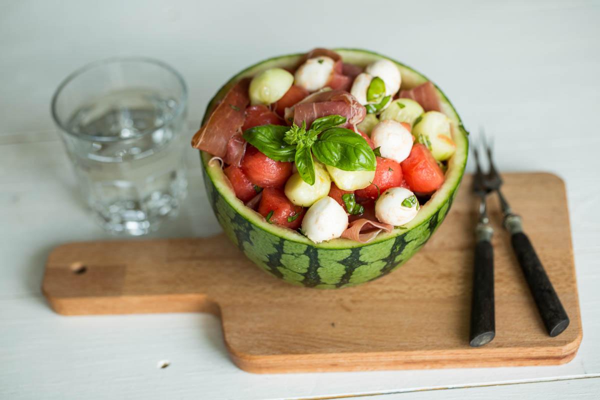 Melonensalat mit Mozzarella und Serranoschinken
