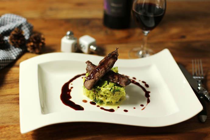 Rehsteaks mit Johannisbeer-Rotweinsauce auf Rahmwirsing
