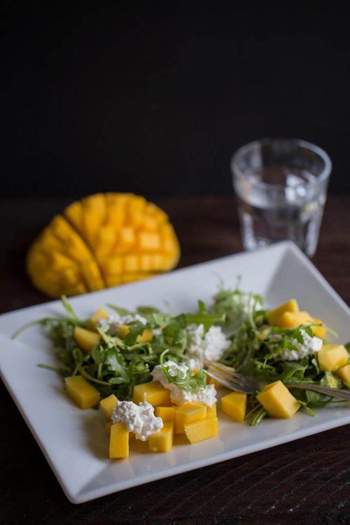 Rucolasalat mit Mango und Frischkäse-2