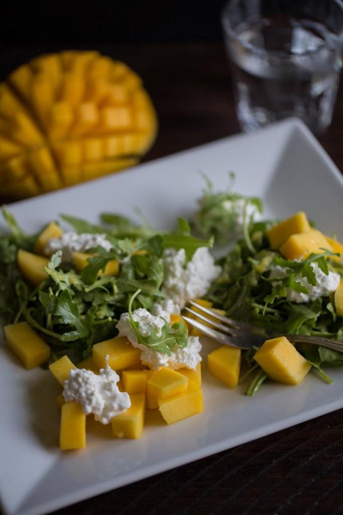Rucolasalat mit Mango und Frischkäse-3