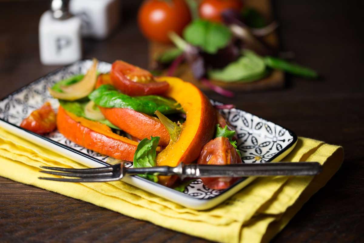 Ofengerösteter Kürbis mit Tomaten und Salat