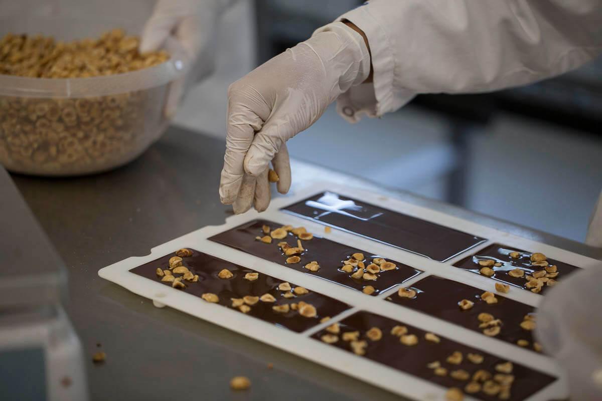 Schokolade mit Haselnüssen in Produktion